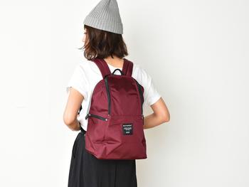 中には、ノートパソコンやタブレットを収納できるクッション付きのポケットが付いていて、とっても便利◎ コンパクトに使いたい方、小柄な方にもオススメしたいアイテムです。