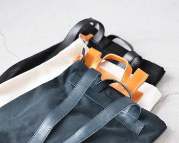 外側のポケットは、スナップボタンで留めるタイプの裏にスペースがあり、蓋のないポケットとして使用可能。中身をサッと取り出しやすく作られています。