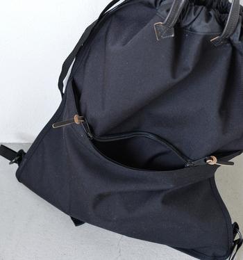 こちらのバッグは両面リバーシブルになっているので、お好きな面をお使いいただけます◎ 片面はサブポケット、もう片面はレザーのブランドワッペンが付いており、よりシンプルなデザインとなっています。