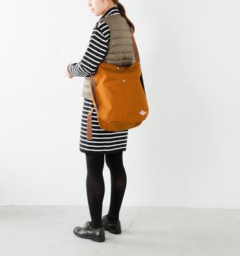 ショルダーの際は、絞られていた部分が引き伸ばされる事により、スクエアのシルエットに。開口部の内側にある留め具を使用すると、巾着型に変えることが可能です。 ストラップの長さも調節可能なので、長くして斜めがけにしたり、短くしてトートバッグにしたりするのも可愛い♪