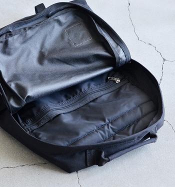 中には、ファスナー付きのポケットだけでなく、その後ろにはノートパソコンを入れても安心な背面パッド付きのスリーブポケットがあります。雑誌やノートなどA4サイズもすっぽり入っちゃいますよ♪