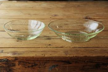 淡い緑が美しい存在感のガラス鉢。平鉢と高台がついた平中鉢の二種類です。