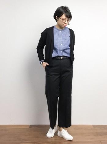 センタープレスのきれいめパンツに爽やかなブルーシャツを合わせて。全体をシックなブラックでクールにまとめるのがポイントです。