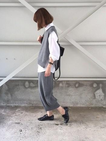 白シャツの重ね着がポイントのモノトーンセットアップスタイル。リラックス感のあるニットがこなれた雰囲気です。