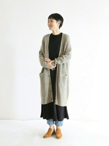 ロングカーデをさらりと羽織るレイヤードスタイル。丈の長いアイテムを重ねて、裾のバランスが絶妙です。