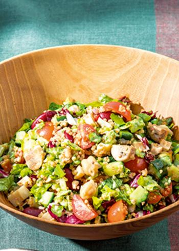 きのこの歯ごたえや野菜のシャキシャキ感、キヌアのプチプチ感がなんとも楽しいサラダ。刻んであるのでとっても食べやすいんです。