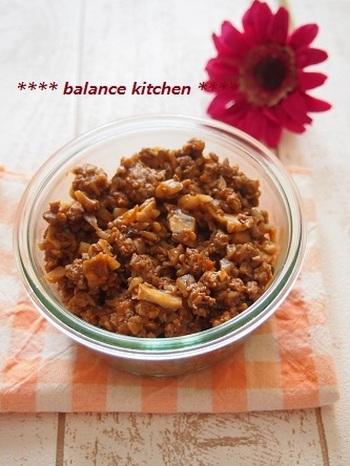 シメジと舞茸をたっぷりと使うことでカロリーカット&食物繊維アップの優秀ミートソース。もちろんお肉も入っているのでお腹も大満足♪