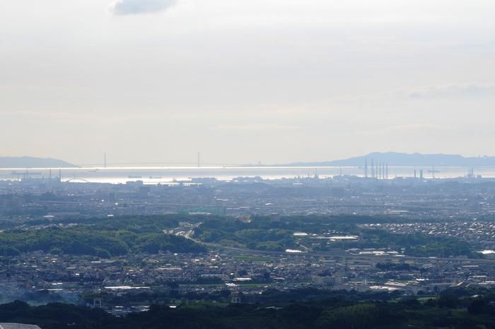 雌岳山頂からは、広大な大阪平野、大阪湾、さらに本州と淡路島を結ぶ明石海峡大橋さえも見渡すことが出来ます。