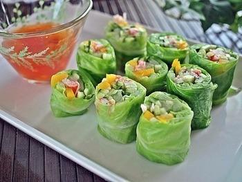 おもてなしにもぴったりな、こんな華やかでかわいいサラダもできちゃいます。茹でたレタスを使って、きゅうりやパプリカ、カニカマなどを、生春巻きのようにきれいに巻いて、チリソースでいただきます。茹でてこの美しい緑色がでるようなレタス選びがポイントとのことです!