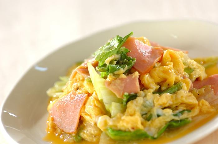 レタスはふわふわ卵と合わさるととっても美味しいですよね♡レタスの緑に卵の黄色も、彩り豊かなのでお弁当のおかずにもおすすめです。 こちらはレタス、卵にハムも加え、塩コショウだけで味を整えた、シンプルな炒めものです。時短メニューなうえ、栄養満点でおすすめです。