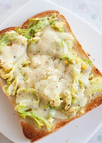 こちらはレタスと、粗くつぶした茹で卵を混ぜて、マヨネーズやカレー粉で味付けしたものをパンの上へ。ピザ用チーズをかけてトーストします♪朝食にもぴったりの栄養満点トーストですね!