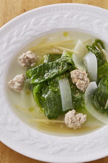 こちらはパスタと鶏肉団子が入ったレタスのスープです。パスタは3cmくらいに切って、スープの具材として。やさしい味でレタスをたっぷり食べられるスープです。