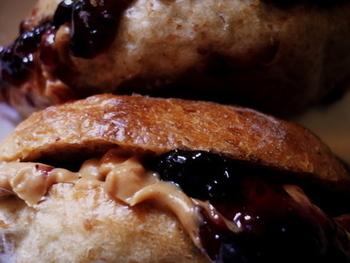アメリカの代表的なサンドイッチであるピーナッツバター&ジェリーサンドイッチ(略してPB&J sandwich)は、たっぷりのピーナッツバターと甘いジャムのコンビがクセになる美味しさです。
