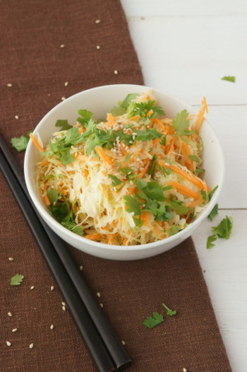 あっさりしていて、たっぷり野菜を食べられる、アジアンテイストのコールスローです。