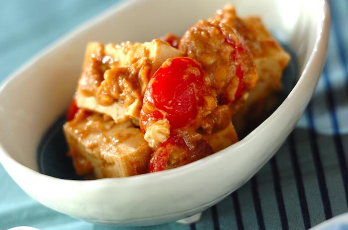 混ぜて和えるだけの簡単レシピ。豆腐とトマトにコクのあるソースがマッチします。