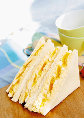 切り口が華やかなダブルたまごサンド。みじん切りの卵と、スライスしたゆで卵で異なる食感が楽しいサンドイッチのレシピです。
