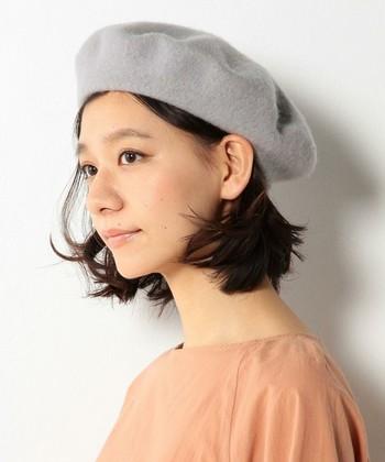 前髪をベレー帽にインして、おでこを出してすっきり見せることで、落ち着いた大人な印象に仕上がります。