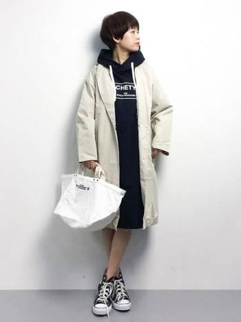 これからの季節には、パーカーワンピースの上にシンプルなジャケットをオン。楽チンだけど洗練された秋コーデの完成です。