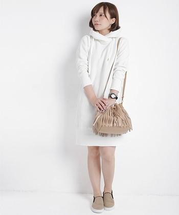 白のパーカーワンピースは、ナチュラルなかわいらしさが◎。バッグ、シューズをベージュで統一することで、ソフトでまとまりのある着こなしに。