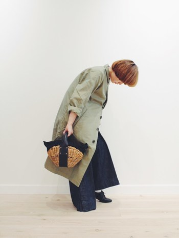 ワイドパンツとコートの上級者テクニックもいい女になれる装い。 秋の新作のカゴバッグをアクセントに。
