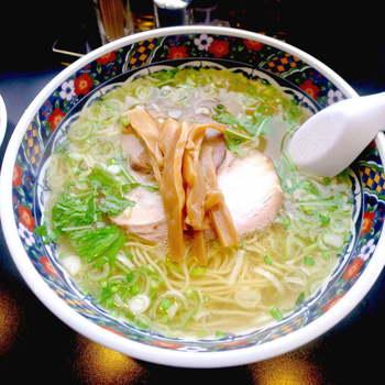 札幌は「味噌」、旭川は「醤油」、そして函館は「塩」と、地域によって主流が変わる北海道ラーメン。函館を代表する「あじさい」は創業80年を超える名店で、市内では五稜郭エリアの本店をはじめ4店舗があります。塩ラーメンは、あっさりしながらも深い旨味とコクがある透明のスープに、こだわりのストレート麺がよく合います。サイドメニューの餃子も食べごたえがあってオススメ!