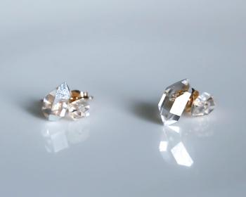 箔がほどこされているのは片耳のみで、もう片方はハーキマーの原石の美しさをいかした透明のピアス。左右で異なるデザインのアシンメトリーピアスは、身に着けるだけでこなれた印象をプラスしてくれます♪