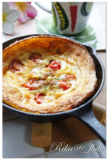生地に野菜だしの風味をつけたお食事系。トマトとチーズを使ったイタリア風のピザのような雰囲気も感じられるダッチベイビーです。