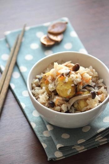 キノコの旨味を余すことなく味わえるキノコご飯。栗も加えることで、より一層秋を感じられます。