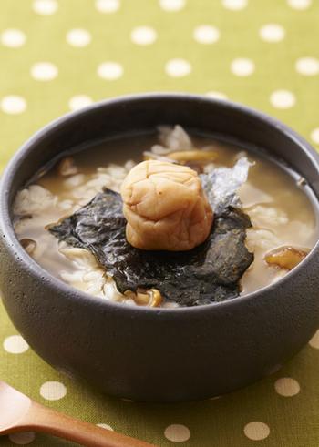 旨味がギュッと凝縮されたしめじの雑炊は、週中の疲れをほっこり癒してくれます。