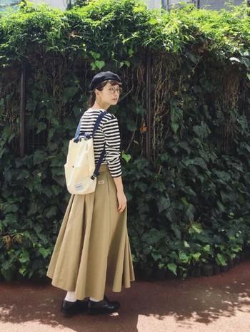 【ボーダー×ロングボトムス】 タック使いがボリュームあるスカートに定番アイテムをプラス。ベレー帽やリュックでほっこり秋らしい雰囲気にまとめています。