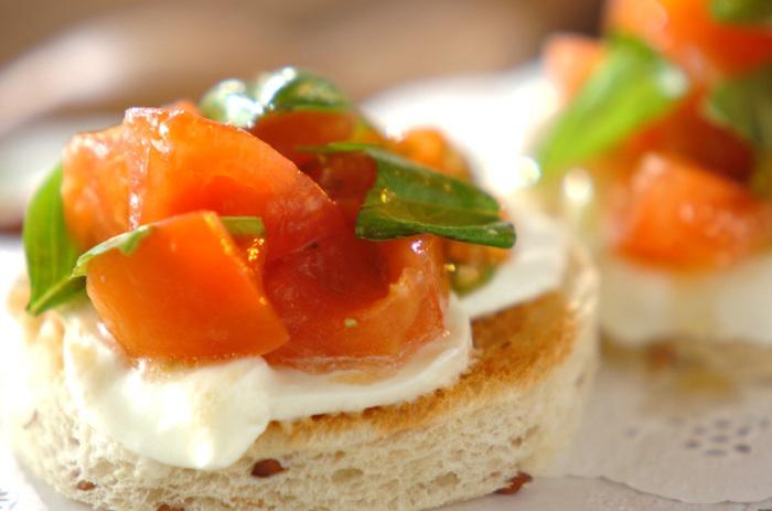 フレッシュトマトを使ったイタリアの万能ソース「ケッカーソース」をのせた爽やかなオープンサンド。トマトやバジル、にんにくなどを合わせた、さっぱりとしたごろごろソースを存分楽しめます。