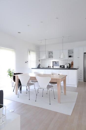 北欧はインテリア、家具などどれも最先端のデザインを有しています。 また冬の寒い期間が長いため、家族と家の中で過ごす時間が長いので快適に過ごすためにインテリアにこだわりを持っているのが特徴です。 そんな北欧のインテリアはなんといっても「ナチュラル&シンプル」。快適に過ごすためにはまずシンプルに、そして温もりを感じられるような家具を、それが北欧インテリアです。