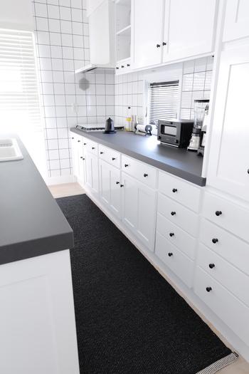 オシャレなホワイトベースのキッチン。とっても清潔感あふれる爽やかな雰囲気ですよね。下に敷いてあるキッチンマットも北欧のブランド「パぺリナ」の物で扱いも楽ちんだし、心地よいとのことですよ。
