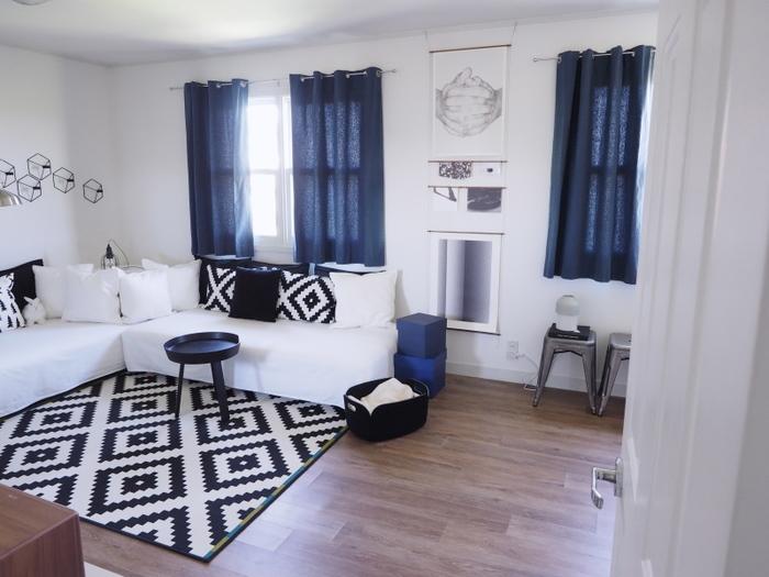 こちらは元ゲストルームを2階リビングへと模様替えされたそうです。ホワイトをベースにブラックやネイビーとカラーも統一、そして小物使いもお手本にしたくなりますよね。シンプルな空間なのでゆったりとした時間が楽しめそうです。