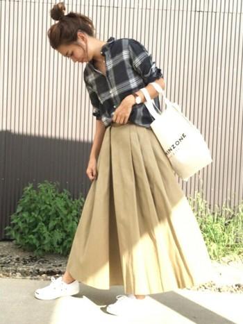 フロントにアシンメトリーなタックを施したボリューム感が素敵なマキシスカートは、チェック柄シャツで秋の装いに♪