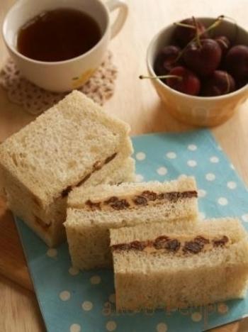 レーズンバターサンドは、定番スイーツ。レーズンサンドのサブレをパンに置きかえて、コーヒーにも日本茶にもマッチする素朴な美味しさです。ラムレーズンを使えば大人な味に*