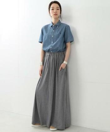 落ち感のある柔らかい素材のマキシスカート。ボタンダウンのダンガリーシャツと合わせれば、大人っぽさときちんと感のある印象に。