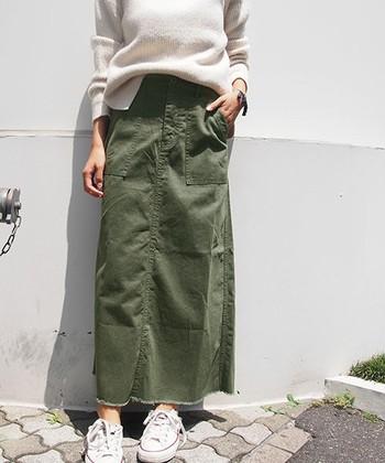 ミリタリー調のカジュアルなマキシスカートは、アイボリーなど柔らかい色のトップスと合わせるとフェミニンな雰囲気になりますよ。