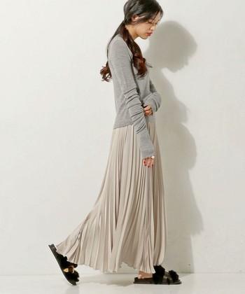 引き続き注目のプリーツデザイン。マキシスカートなら、より大人っぽく着こなすことができますよ。今回は、マキシスカートを取り入れてた大人の秋コーデをご紹介します。