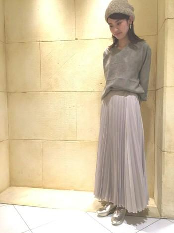 流れるようなアコーディオンプリーツのマキシスカート。スモーキーカラーでまとめた落ち着きのあるフェミニンな秋コーデです。