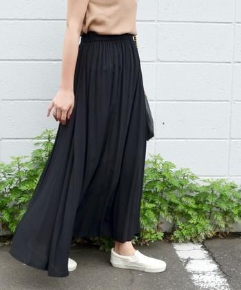 『マキシスカート』とは、基本的に足のくるぶしやそれよりも長い丈のスカートのことを言います。