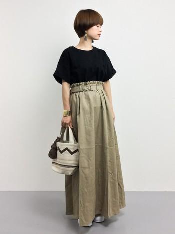 ナチュラルな柔らかな風合いのマキシスカート。トップスをインして、女性らしいAラインのシルエットを作るのがポイント。リラックス感とトレンド感を兼ね備えたコーディネートですね。