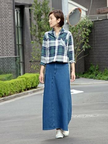 デニム風のマキシスカートと存在感ある大柄チェック柄シャツのコーディネート。トップスをスカートにインするとバランスよくスタイルUP効果も期待できます◎