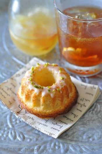レモンシロップはお菓子のフレーバーにぴったりです。ケーキやマフィン生地に入れて焼き上がりにレモンが香ります。レモンクグロフのアイシングにもレモンシロップを使って、レモン味に仕上げます。
