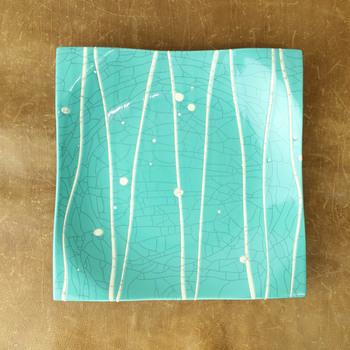 苫米地さんの作品の特徴ともいえるターコイズの釉薬に、爽やかな白い線が入った角皿です。直線的でコンテンポラリーな印象ですね。