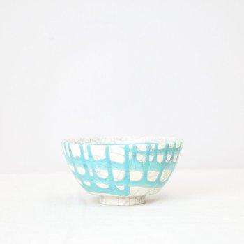 無造作に書けられたターコイズの釉薬が緩やかに流れる景色が素敵な茶碗です。縁に向かって流れていく様子がとても個性的。