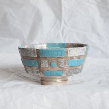 おもてなしに使える抹茶碗は、モダンでありながら古さを感じさせるような独特の存在感があります。お茶席で使う他、食卓に、インテリアに幅広く使えそうな器です。