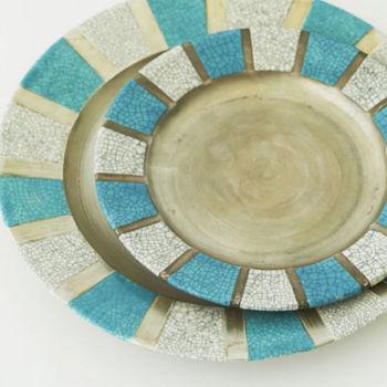 苫米地さんの作品はどれもハッと目を引く新鮮な美しさに満ちています。毎日の食卓に使えば新鮮な風を、特別な日に使えば非日常のスペシャル感を演出してくれる素敵な器たちです。自宅の食器に一枚加えてみるのはいかがですか?