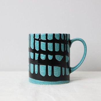 強いコントラストが印象的なマグカップはまるでモダンアートのような佇まい。深い黒はオニキスをイメージした釉薬です。