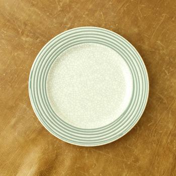 全面に入った細かな貫入が広い平面に表情を作り出しています。手仕事の味わいを感じさせる縁のラインがお皿に優しさを演出しています。